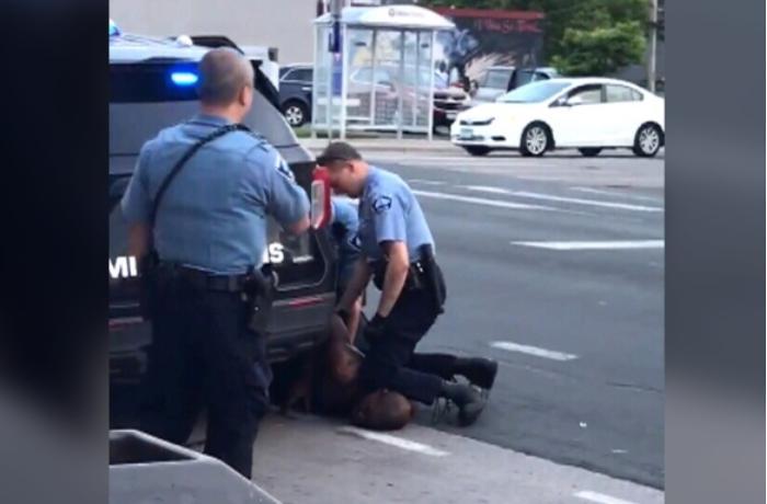 ABŞ-da polis şübhəlini küçədə boğaraq öldürdü - VİDEO