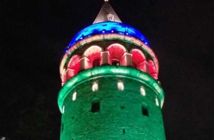 İstanbulun rəmzləri Azərbaycan bayrağının rəngləri ilə işıqlandırılır - FOTO