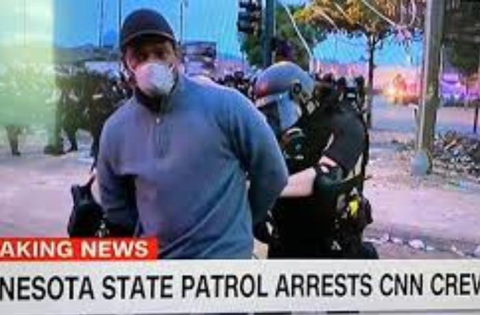 Polis canlı yayımda CNN müxbirinin əllərini qandalladı - VİDEO