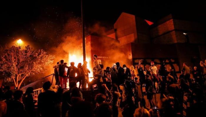 ABD'de polis şiddetine tepkiler dinmiyor! Karakolu ateşe verdiler