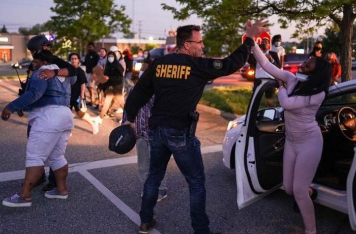 ABD'de polis kaskını çıkarıp gösteriye katıldı