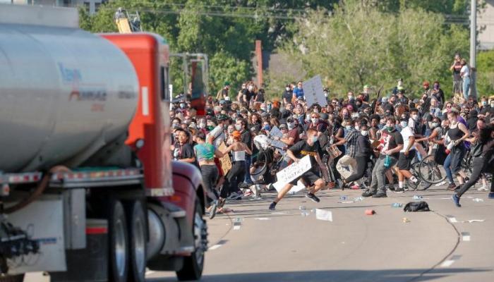 Görüntüler korkunç: Tankeri kalabalığın üzerine sürdü