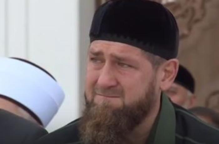 Ramzan Kadırov məsciddə göz yaşlarını saxlaya bilmədi - VİDEO