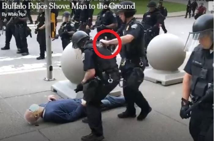 ABŞ polisi 75 yaşlı etirazçını ağır yaraladı, kömək etmək istəyən həmkarına mane oldu - VİDEO