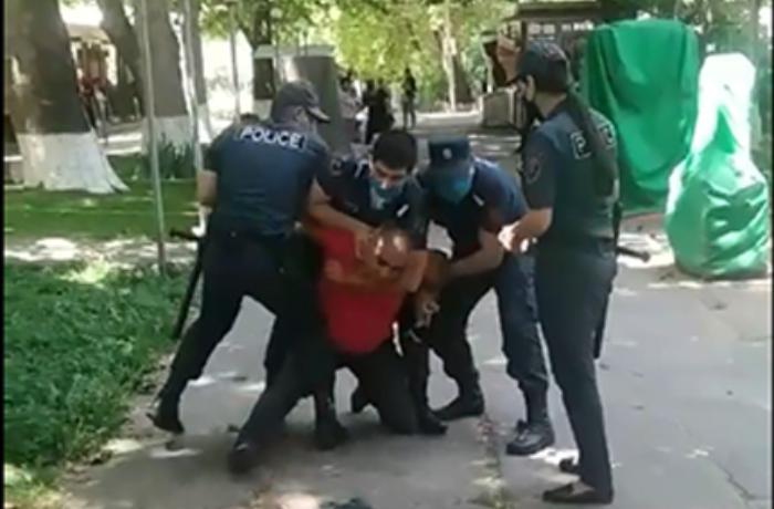 Ermənistanda maska taxmayan şəxsə görün polis nə etdi - Paşinyanın göstərişi ilə... - VİDEO