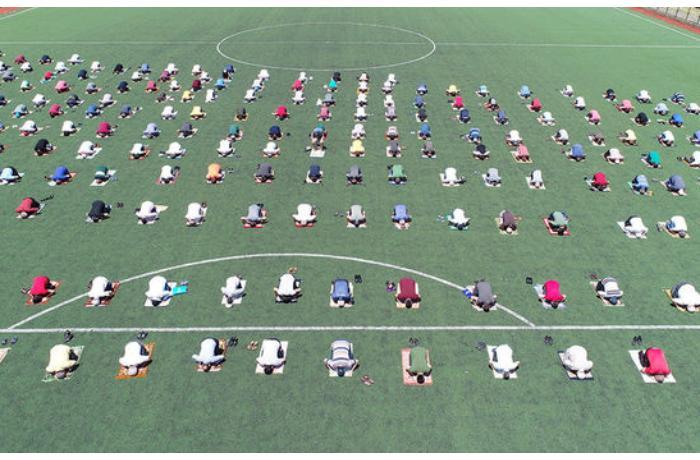 Cümə namazı futbol meydançasında qılındı – VİDEO