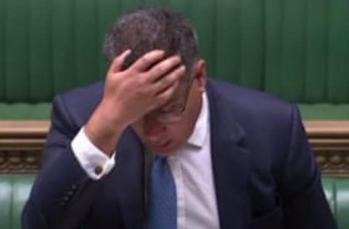 İngiltərə parlamentində koronavirus həyəcanı - Nazir çətin anlar yaşadı - VİDEO