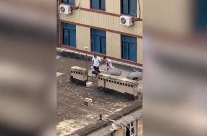 Bakıda binanın damında manqal qaladılar - VİDEO
