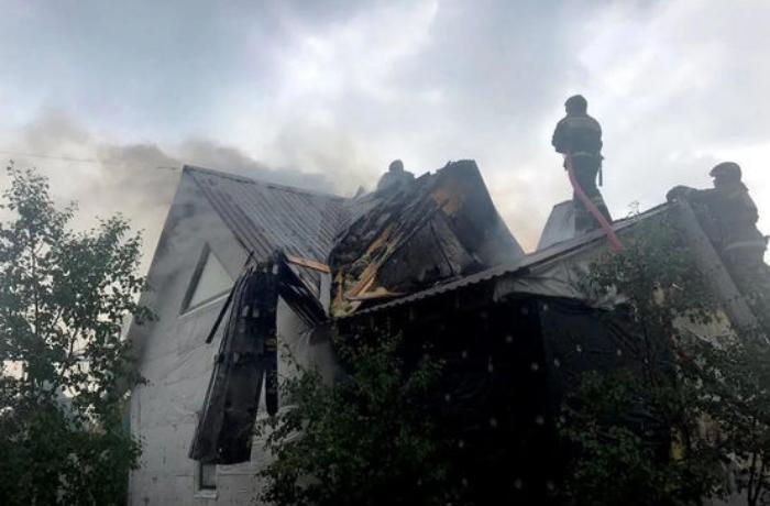 Azərbaycanlı gənclər yanan binaya girib yatan şəxsi xilas etdilər - FOTO