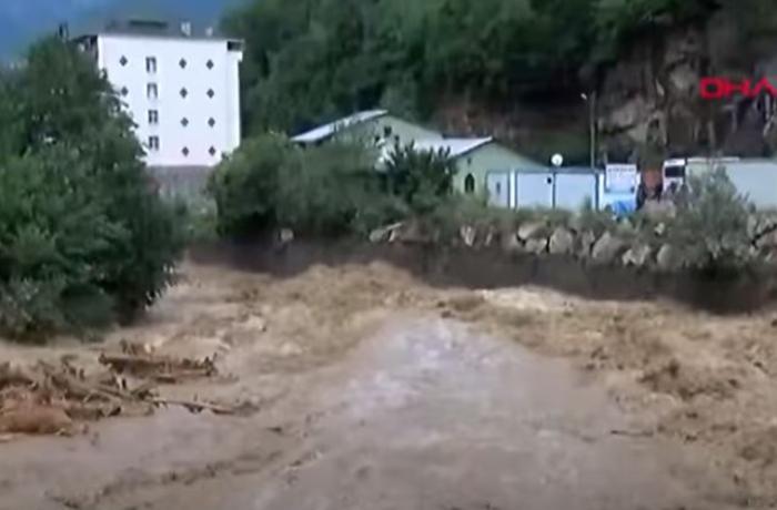 Türkiyənin daha bir bölgəsi sel suları altında qaldı, 2 nəfər öldü - VİDEO