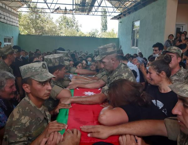 Şəhid Elçin Mustafayev son mənzilə yola salınıb - VİDEO