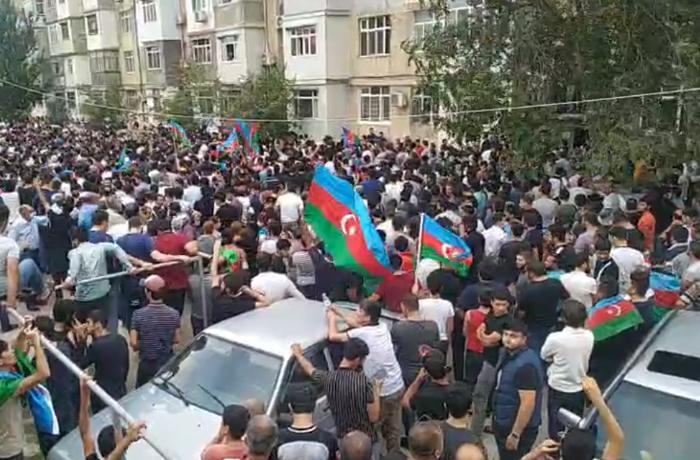 Şəhid General-mayor Polad Həşimovun ata evinin qarşısında insan izdihamı - CANLI YAYIM