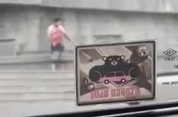 Milli Məclisin binasının qarşısında özünü bıçaqladı