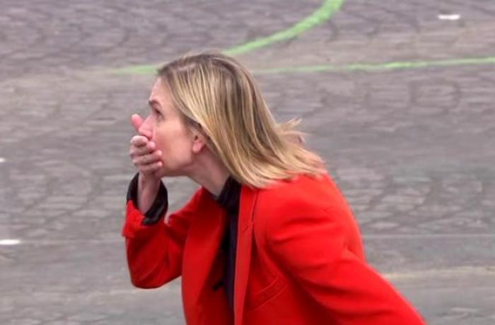 Fransız nazirin çətin anları – Ağzını tutub xidməti avtomobilinin arxasınca... - VİDEO