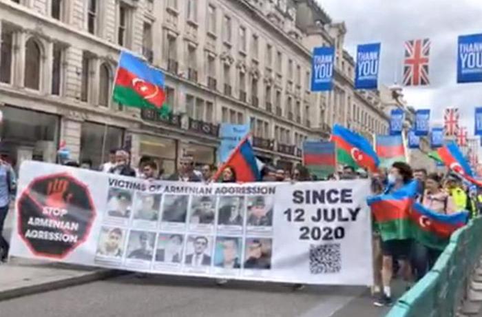 BBC və Britaniya parlamentinin qarşısında etiraz aksiyaları keçirilib