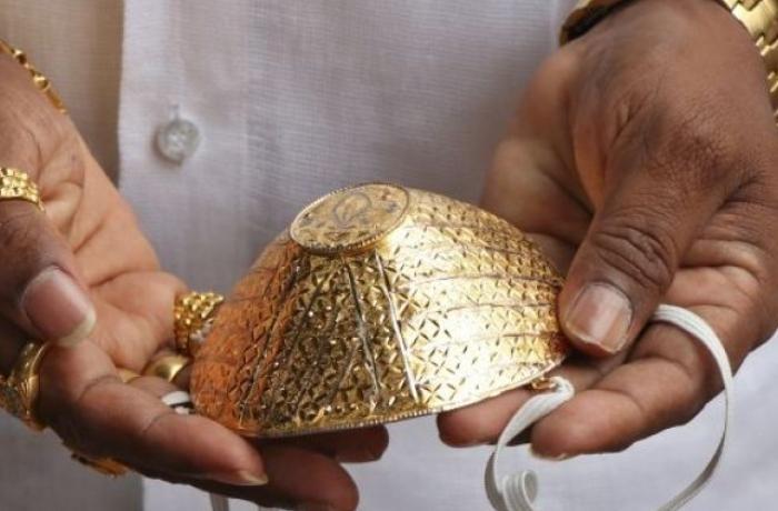 Hindistanlı iş adamı özünə qızıldan maska hazırlatdı - VİDEO