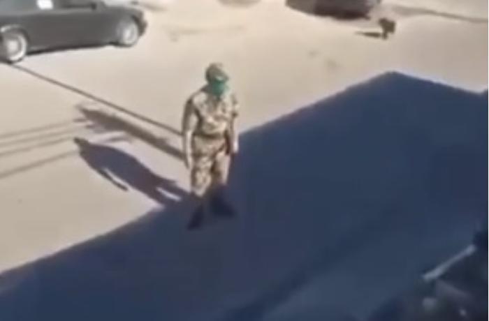 Hərbi qulluqçunu ələ salan şəxs saxlanıldı - VİDEO