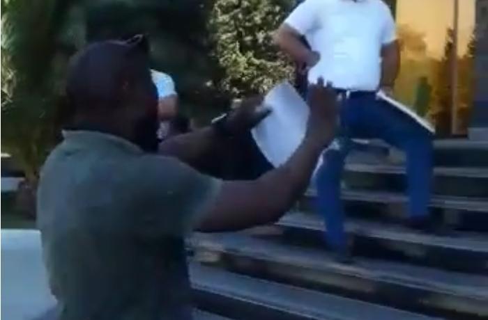 Bağlanan bankda pulu qalan xarici vətəndaş Mərkəzi Bankın qarşısında aksiya keçirib – VİDEO