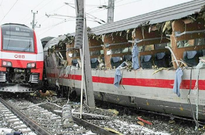 Çekya'da iki yolcu treni kafa kafaya çarpıştı: Ölü ve yaralılar var