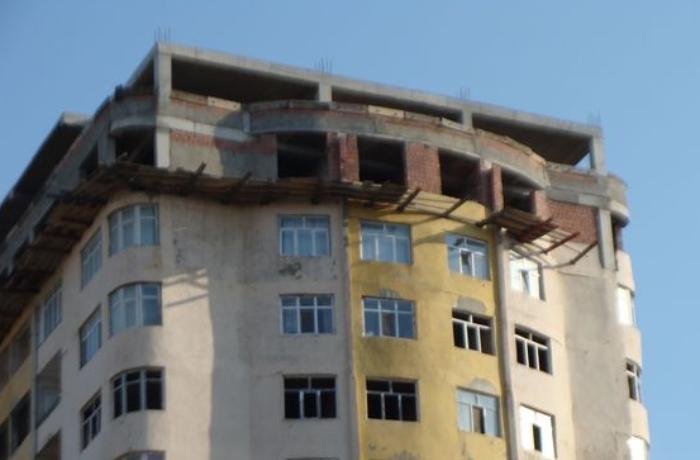 Günəşlidəki binaya qanunsuz tikilən 2 mərtəbə söküləcək - VİDEO