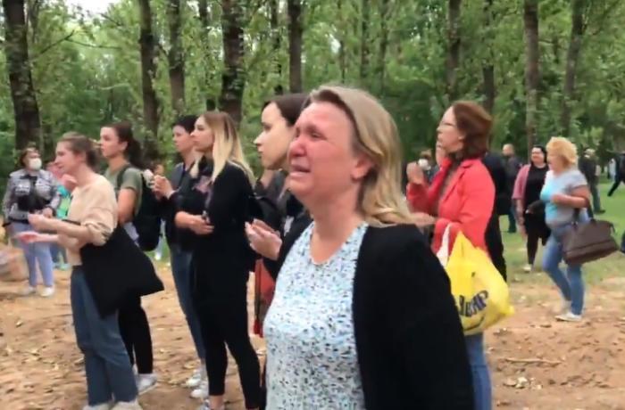 Minskdə aksiyaçılara işgəncə verilir - İnsanlar binanı ətrafına yığılır - VİDEO