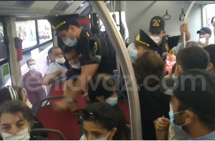 Avtobusda polis və vətəndaş arasında mübahisə - VİDEO