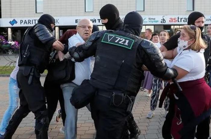 """Belarus DİN: """"Polis son etirazda atəş açmağa məcbur olub, bir nəfər yaralanıb"""""""