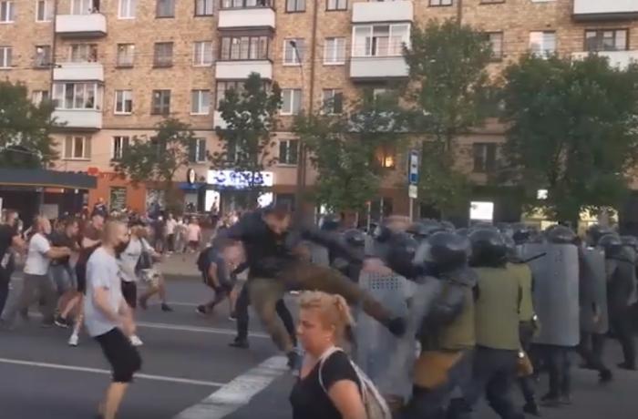 Belarusda etirazçılarla polis arasında qarşıdurma – VİDEO