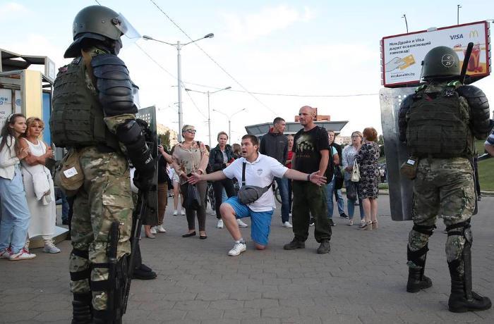 Son 24 saatda Belarusda polis tərəfindən 700-ə yaxın adam saxlanıldı