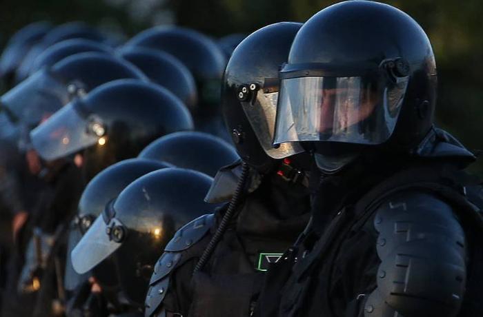 Belarusda polislər etirazçılarla həmrəy oldu