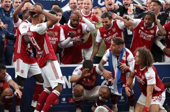 """""""Arsenal""""ın ulduzu İngiltərə kubokunu sındırdı - VİDEO"""