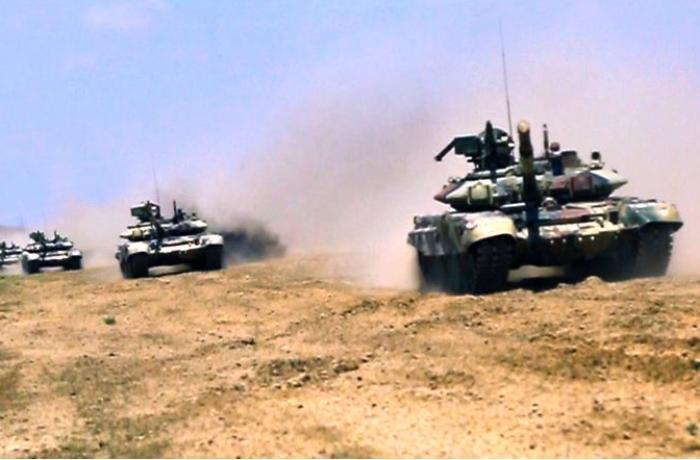 Azərbaycanın tank bölmələri təlim-döyüş tapşırıqlarını yerinə yetirir - VİDEO