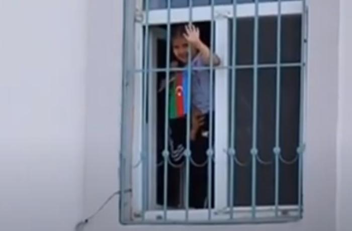 """Balaca qız pəncərədən """"İlham baba"""" deyib prezidenti səslədi – VİDEO"""