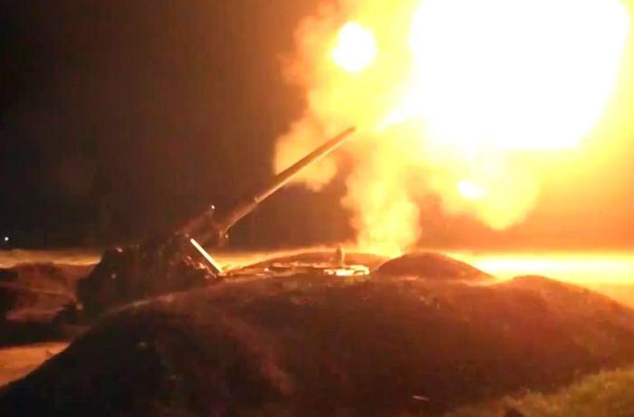 Подразделения азербайджанской армии наносят артиллерийские удары по позициям противника - ВИДЕО