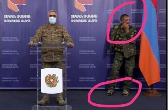 Ermənistan MN rəsmisi çıxış edərkən yanındakı hərbçinin düşdüyü vəziyyət gündəm oldu – FOTOLAR
