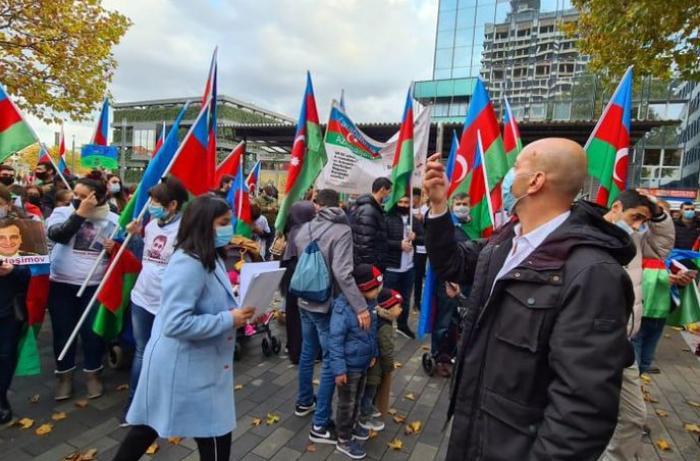Bielefelddə Gəncə terroruna qarşı etiraz yürüşü keçirilib - FOTOLAR