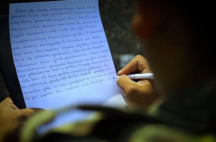 """Azərbaycan əsgəri ailəsinə məktub yazıb: """"Düşmən qarşımızda dayana bilmir"""" - VİDEO"""