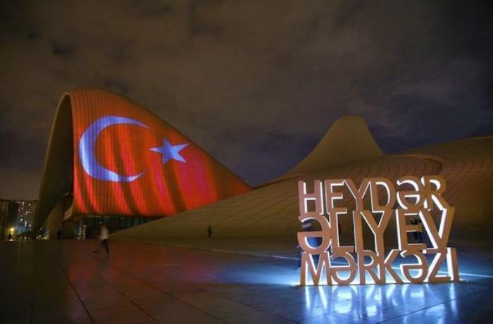 Heydər Əliyev Mərkəzi və Bakı Olimpiya Stadionu Türkiyə bayrağına büründü - FOTO