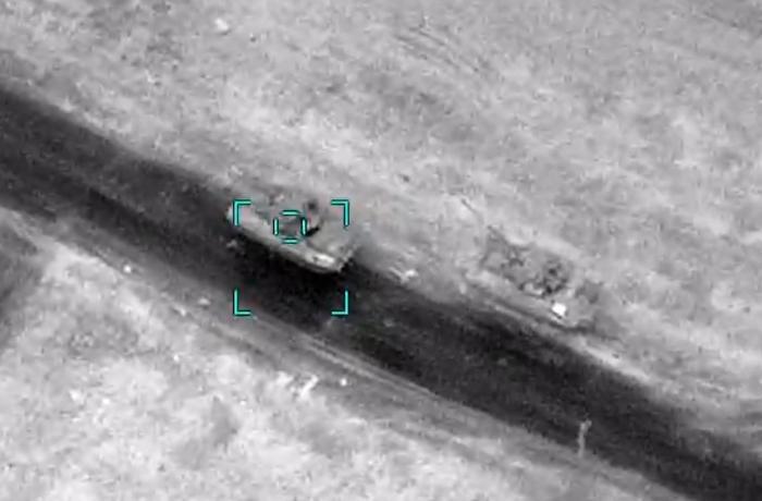 Düşmənin silah-sursat daşıyan hərbi kolonunu məhv edən hərbçimiz - VİDEO
