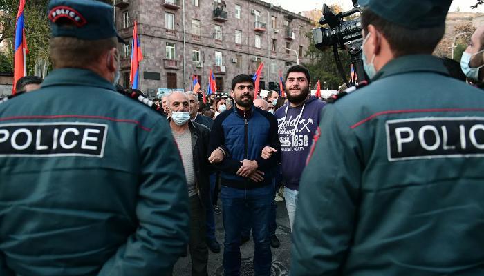 Ermənistanda 10 minlərlə insan etiraz aksiyası keçirir