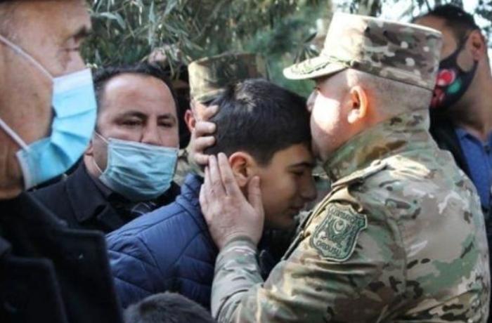 Hikmət Həsənov şəhid polkovnikin oğluna dövlət bayrağı təqdim etdi – FOTO