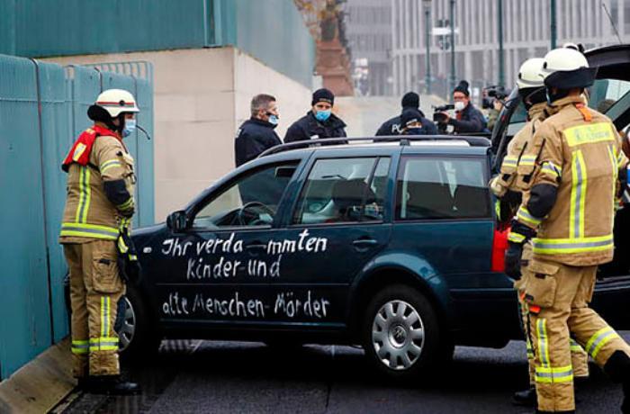 Avtomobilini Merkelin iqamətgahına vuran şəxs danışdı