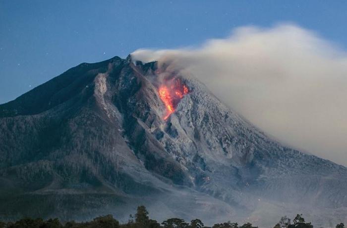 """İndoneziyada """"İli Levotolok"""" vulkanı püskürüb"""