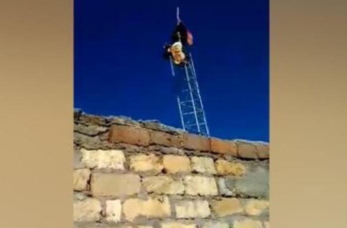 Əsgərlərimiz Ermənistan bayrağını erməninin özünə endirtdirdilər - VİDEO