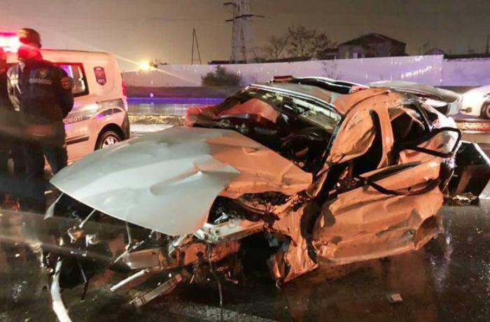 Bakıda avtomobil marketə çırpıldı, 3 tibb işçisi öldü - FOTOLAR