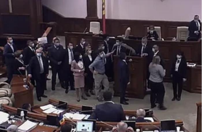 Moldova parlamentində dava – VİDEO