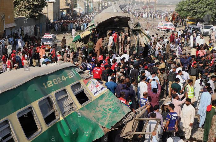 Pakistan train crash death toll reaches 50