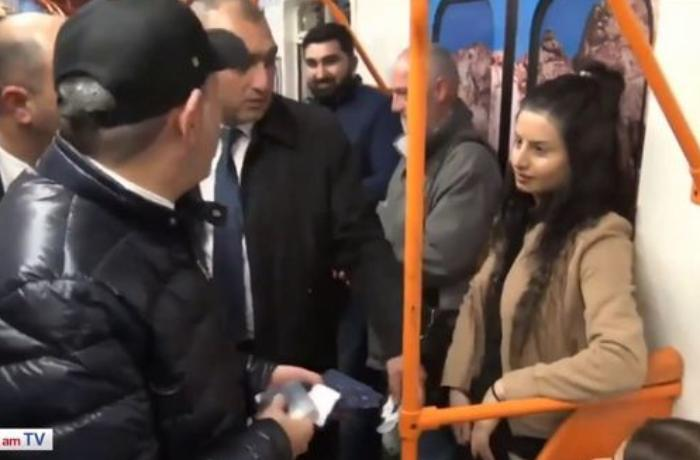 Девушка в метро порвала буклет и швырнула в Пашиняна - ВИДЕО