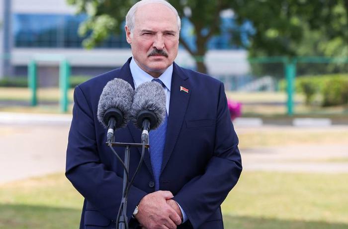 Lukaşenko Tixanovskayaya Litvaya gedə bilməsi üçün 15 min dollar verdiklərini deyib
