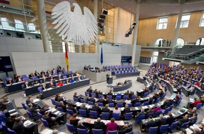 Almaniyada hakim partiyaya yeni sədr seçildi – Merkeli onun əvəz edəcəyi iddia olunur